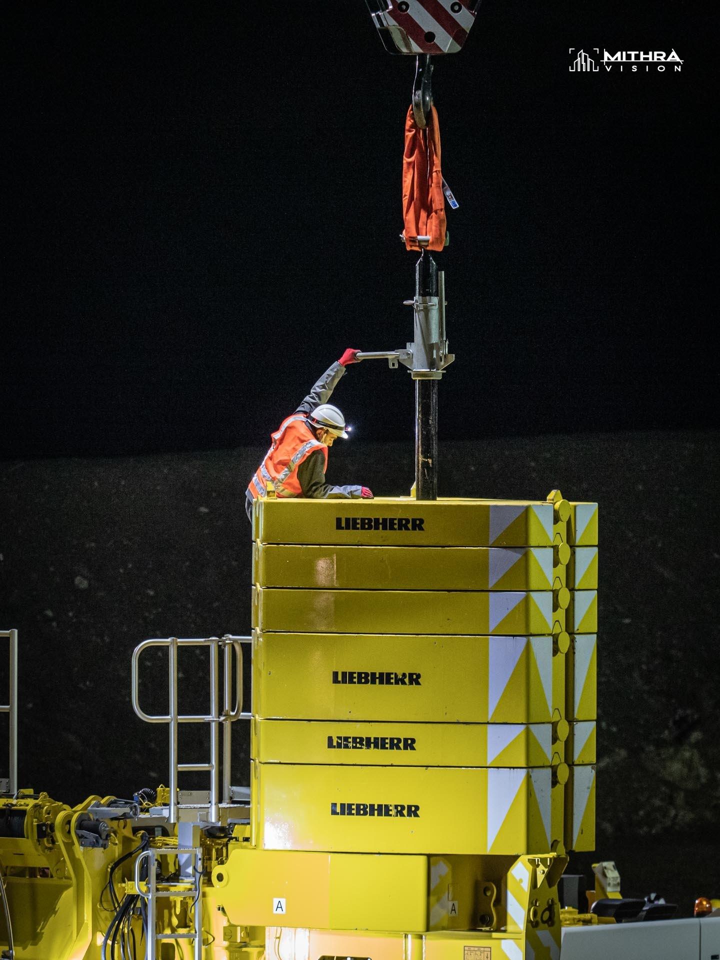 Mise en place de contre-poids sur une grue téléscopique