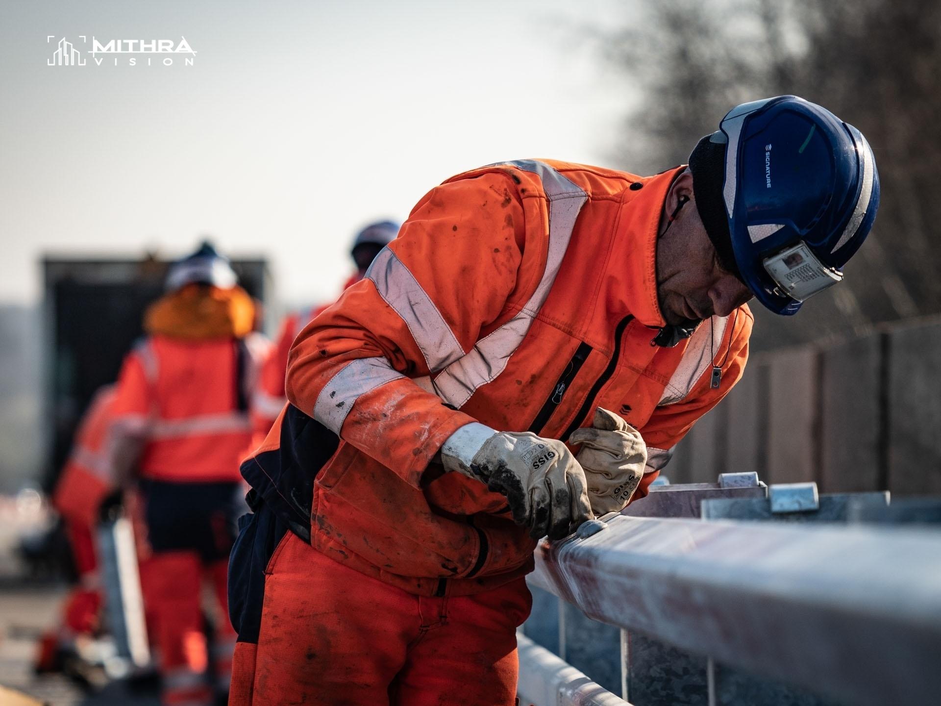 Mise en place de glissières de sécurité sur un chantier Signature