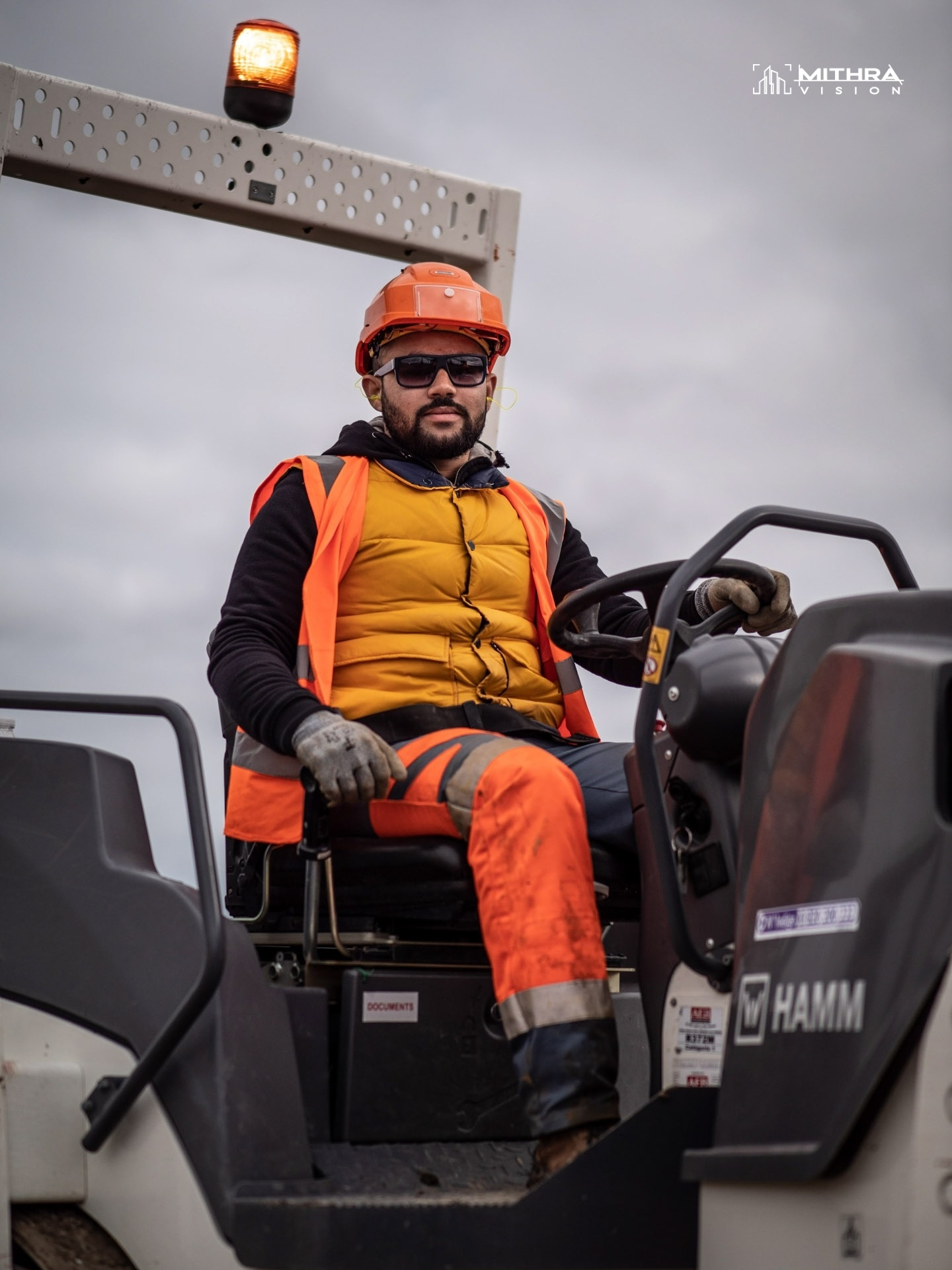 Portrait d'un conducteur d'engin sur un chantier Vinci Autoroutes