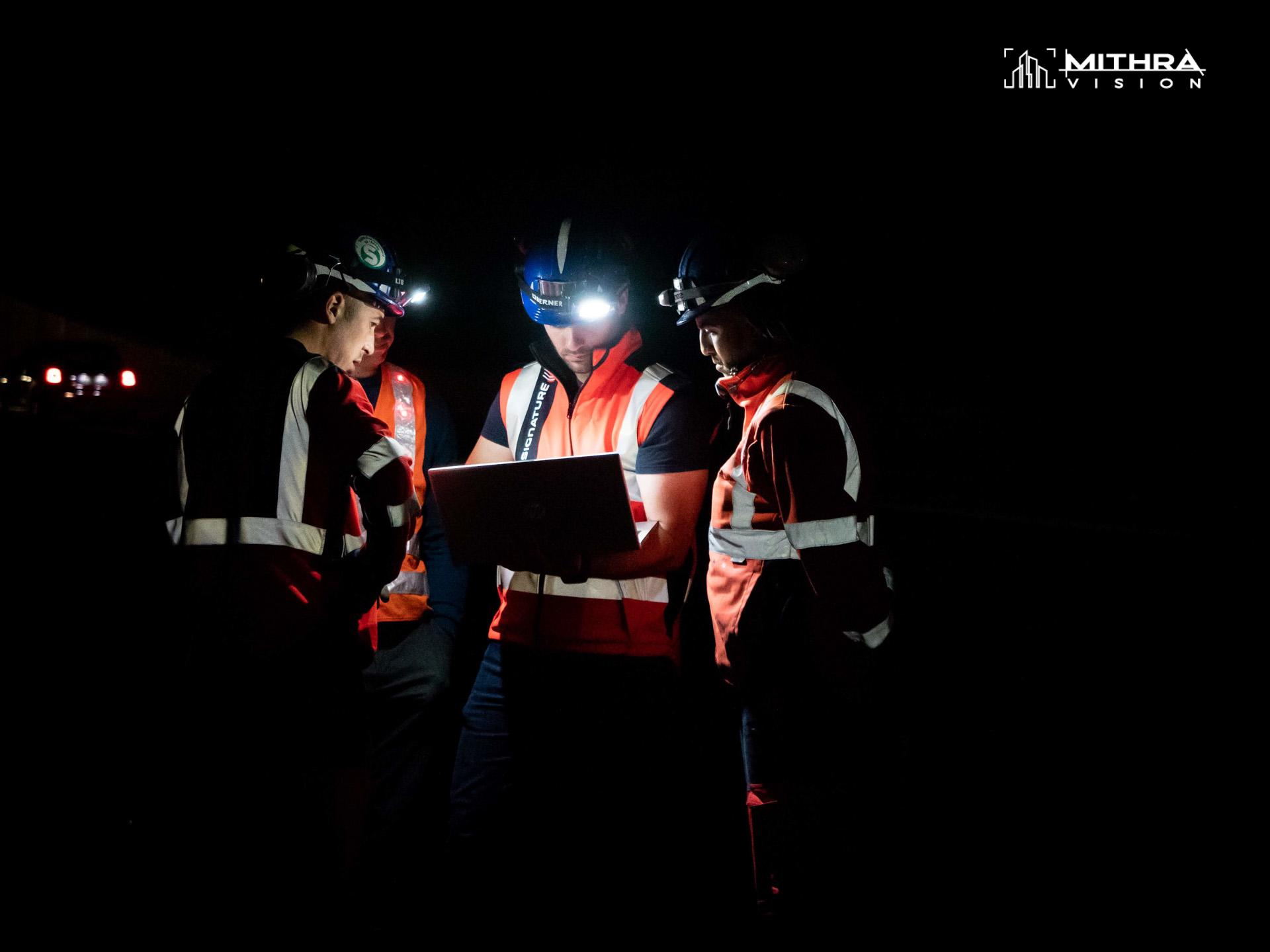 Réunion d'équipe sur un chantier nocturne Cofiroute